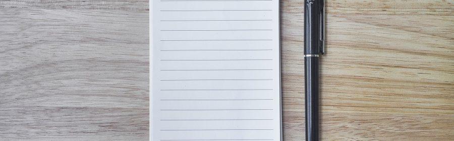 Notizzettel und ein Stift auf einem Tisch