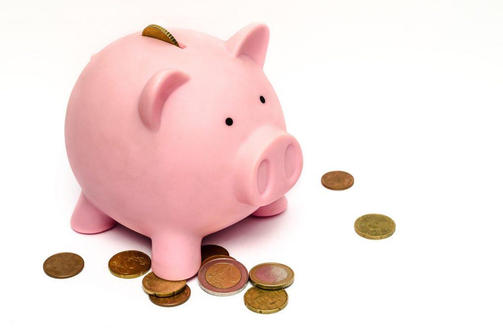 rosa Sparschwein und Kleingeld