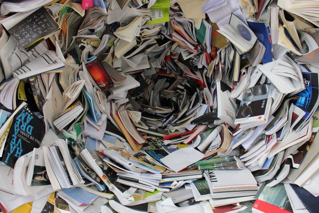 Bücher und Zeitschriften in einem Haufen