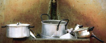 Ein Haufen Geschirr in einem alten Waschbecken.