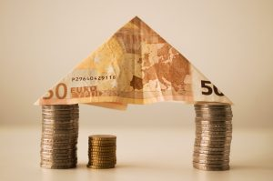 50 Euro und drei Stapel Kleingeld
